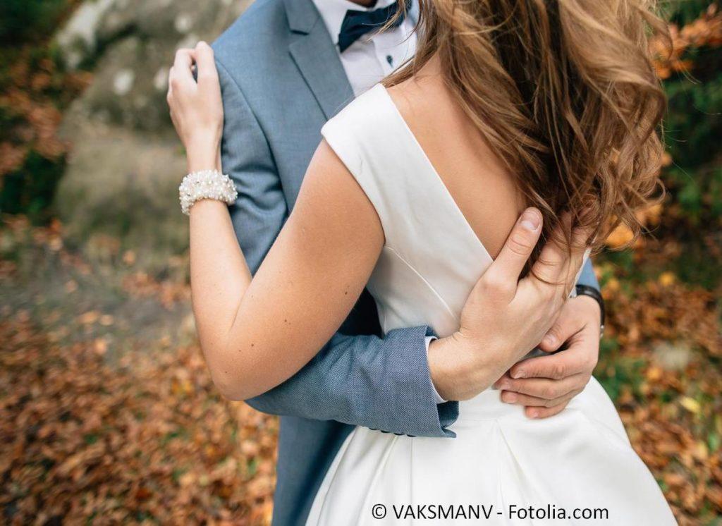 Die perfekte Mode für Braut und Bräutigam zur Hochzeit finden - #135293345 | © VAKSMANV - Fotolia.com