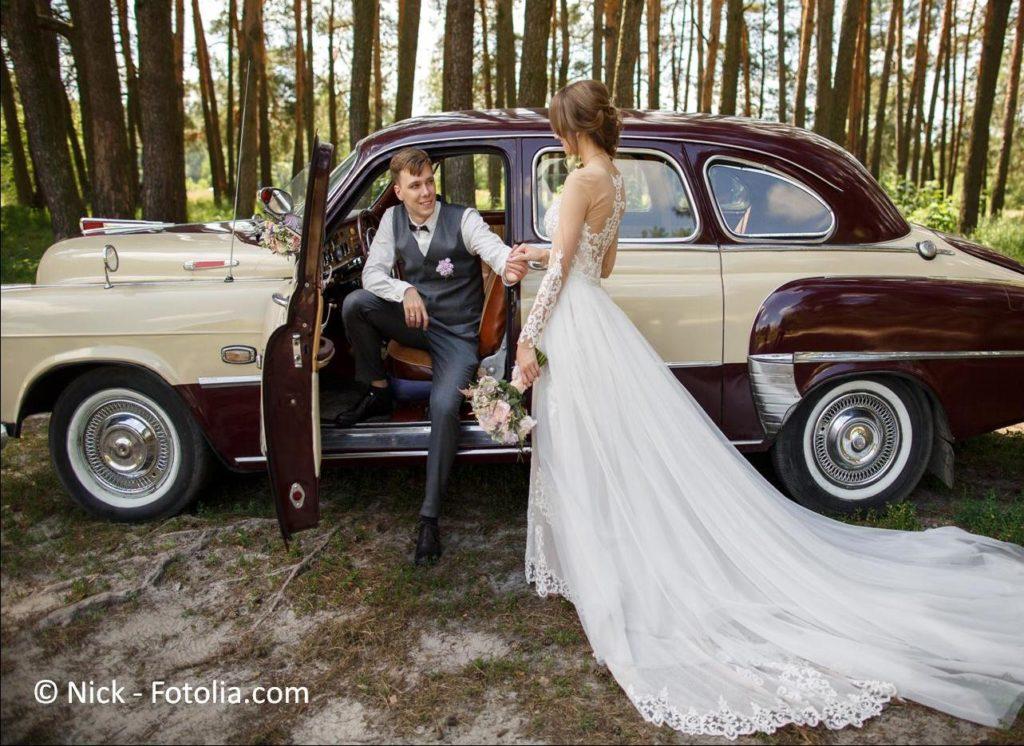 Limousinen, Oldtimer, Kutschen sowie andere Fahrzeuge zur Hochzeit mieten - #133440338   © Nick - Fotolia.com